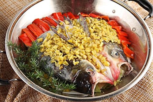 经典湘菜代表剁椒鱼头